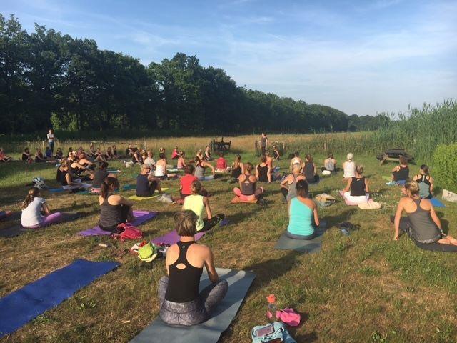 Sunset Flow in de buitenlucht op Wereld Yoga Dag